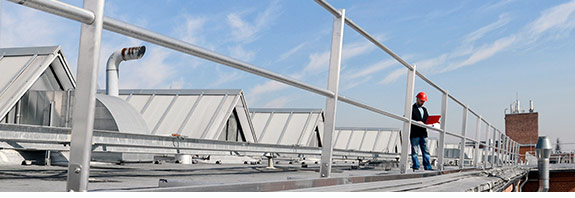 Seitenschutzgeländer auf Flachdach zur Absturzsicherung