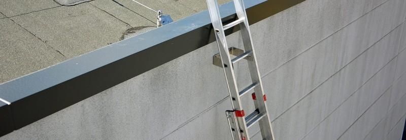 Leiter gegen Kippen und Rutschen gesichert