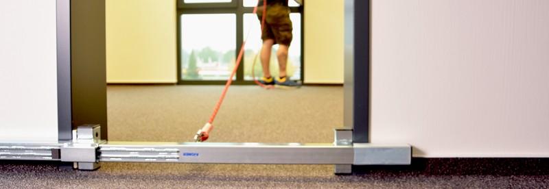 ABS DoorJam - Türtraverse mit Anschlagpunkt, die einfach im Türrahmen festgeklemmt wird
