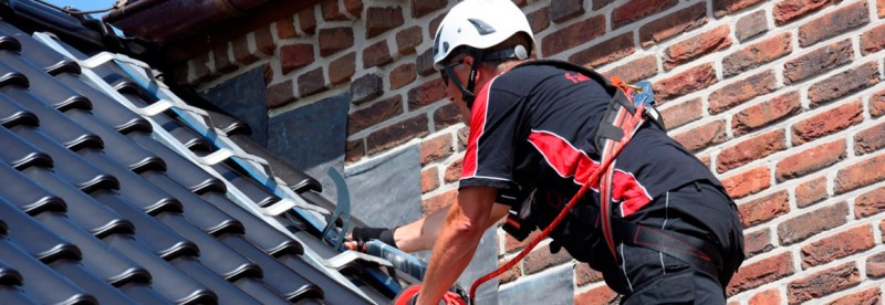 Sicherheitsdachhaken als Anschlagpunkt + Leiterhaken auf einem Steildach mit gesicherter Person