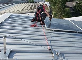 Seilsicherungssystem ABS-Lock SYS zur Absturzsicherung auf einem Steildach